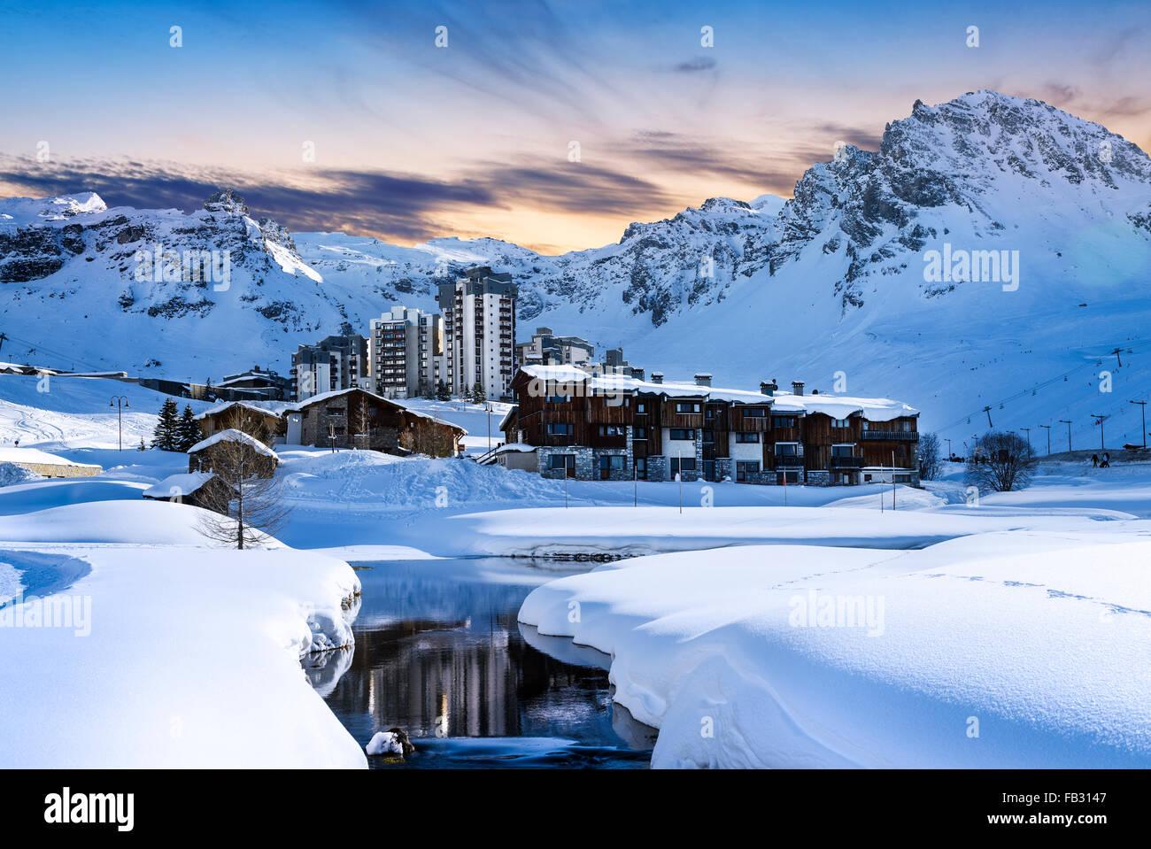 Paesaggio di sera e la località sciistica nelle Alpi Francesi,Tignes, Francia Immagini Stock