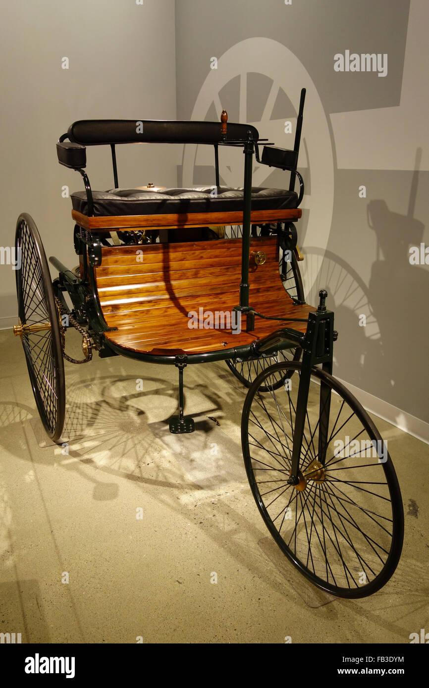 La replica della prima vettura pratica il 1886 Benz Patent Motorwagen in Petersens museo automobilistico; Los Angeles; Immagini Stock