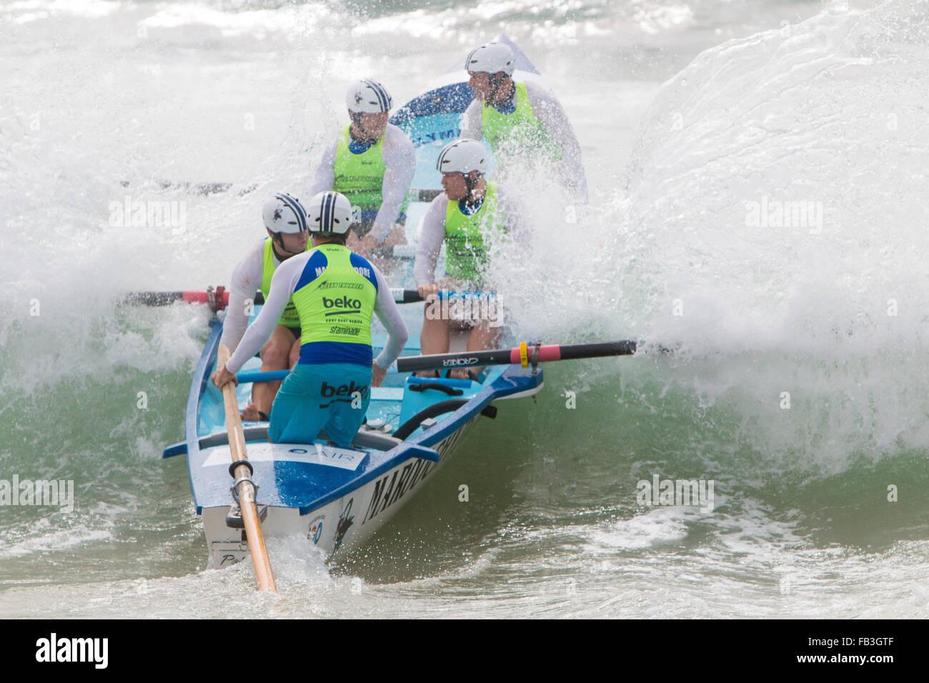 Sydney, Australia. 9 gennaio, 2016. Ocean Thunder elite pro e mens womens surf boat racing a Dee Why Beach, Sydney, Immagini Stock