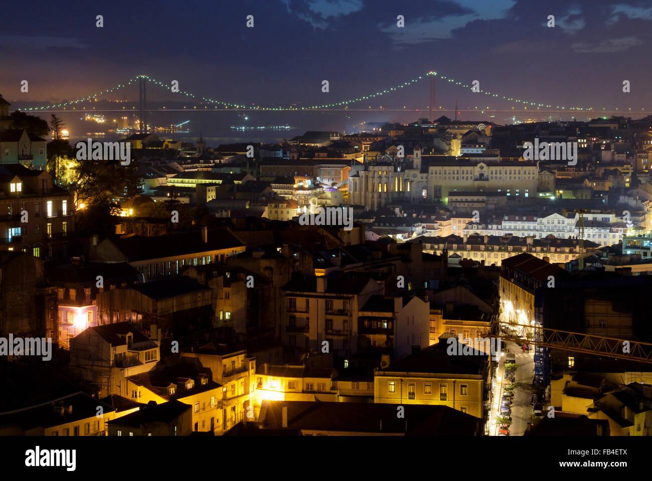 Il Ponte 25 de Abril, Convento do Carmo e Mouraria da Miradouro da Graca, Lisboa, Estremadura, Portogallo Immagini Stock