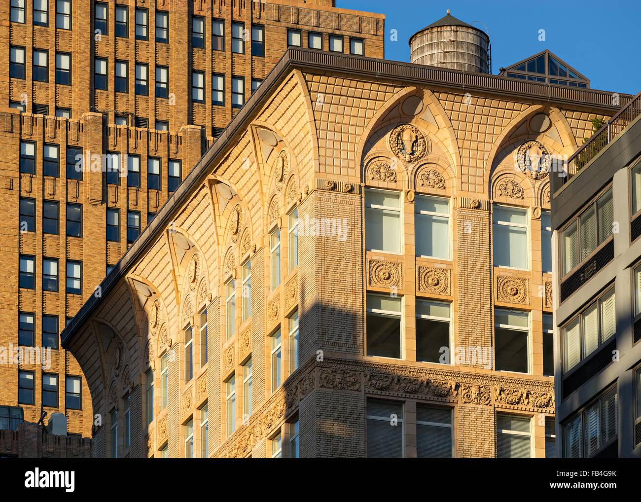 Ornamento di terracotta, teste cilindri, garland e archi gotici di na Chelsea loft costruzione a Manhattan, New Immagini Stock