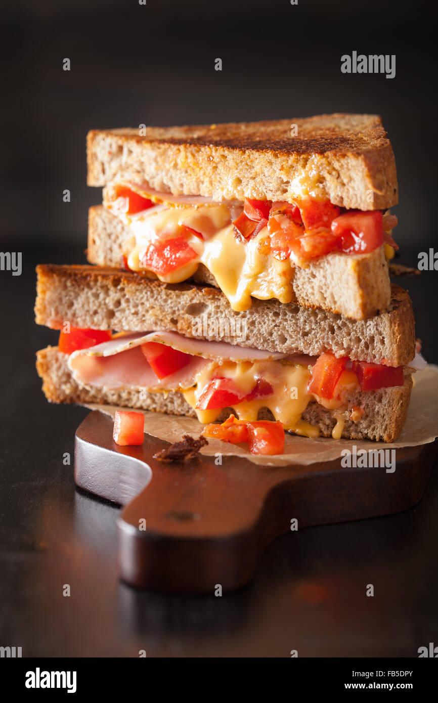 Formaggio alla griglia in sandwich con prosciutto e pomodoro Foto Stock