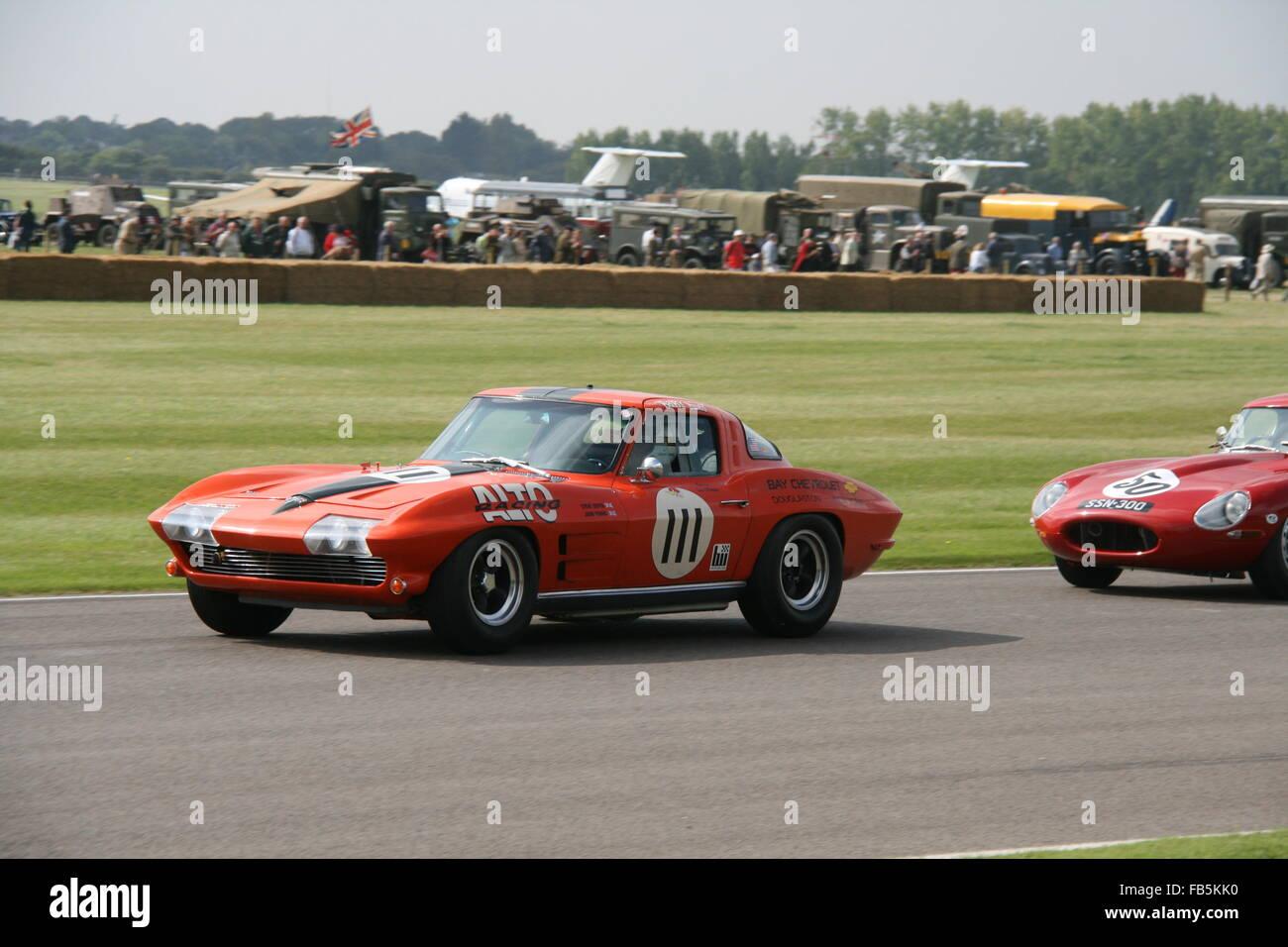 Due RED CLASSIC CARS RACING A GOODWOOD NEL REGNO UNITO Foto Stock