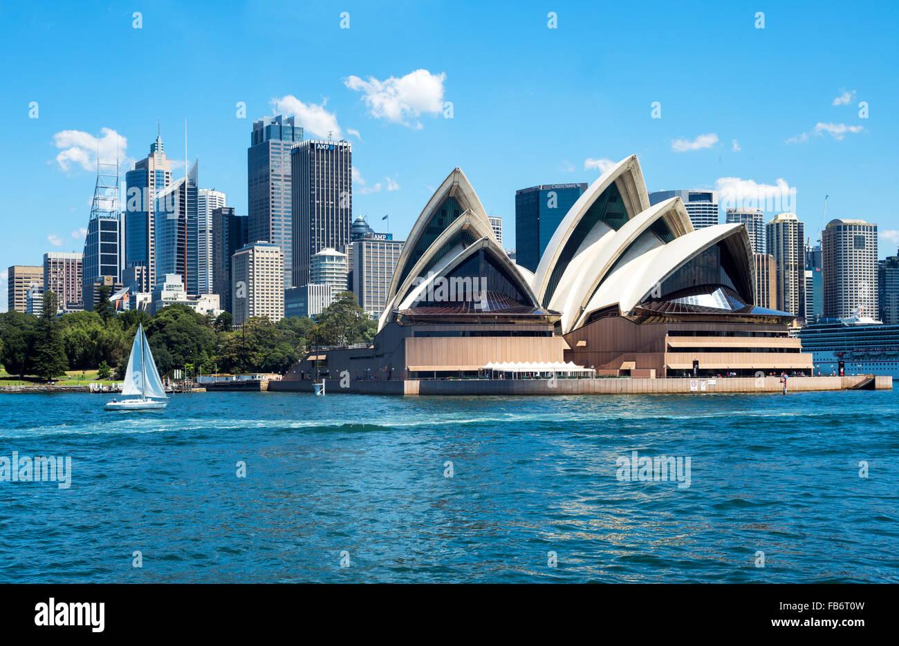 Australia, Sydney, il centro della città con la Opera House visto dalla baia Immagini Stock