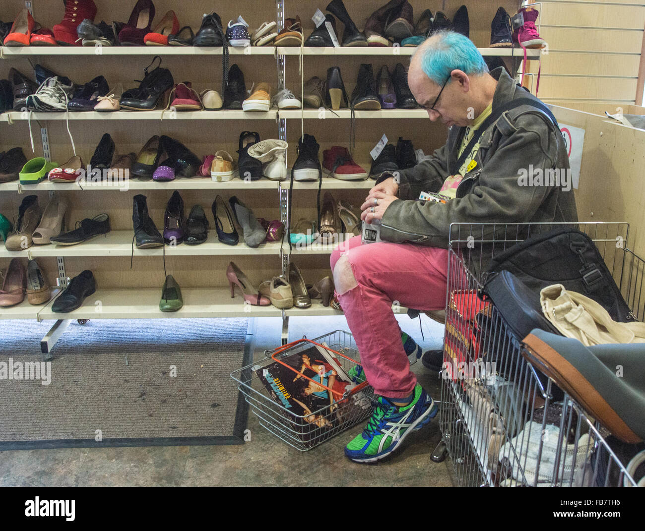La carità Shop uomo shopping a Oxfam. l uomo con capelli tinti Immagini Stock