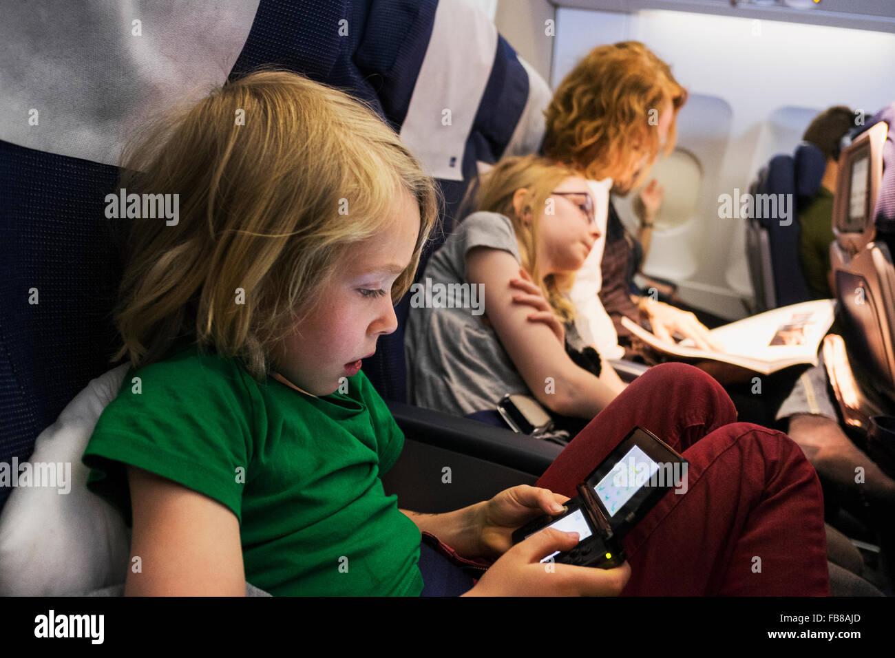La Svezia, Madre che viaggiano in aereo con i bambini (6-7, 10-11) Immagini Stock