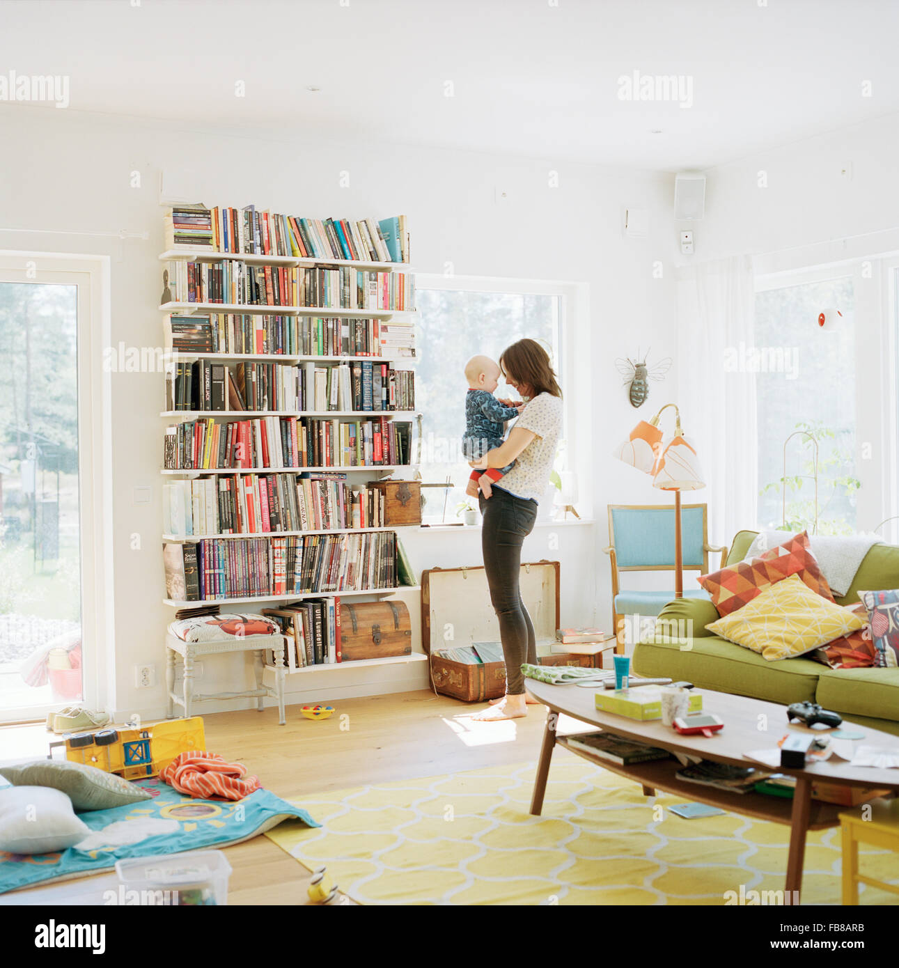 La Svezia, la donna con il suo bambino (12-17 mesi) in ambiente domestico Immagini Stock