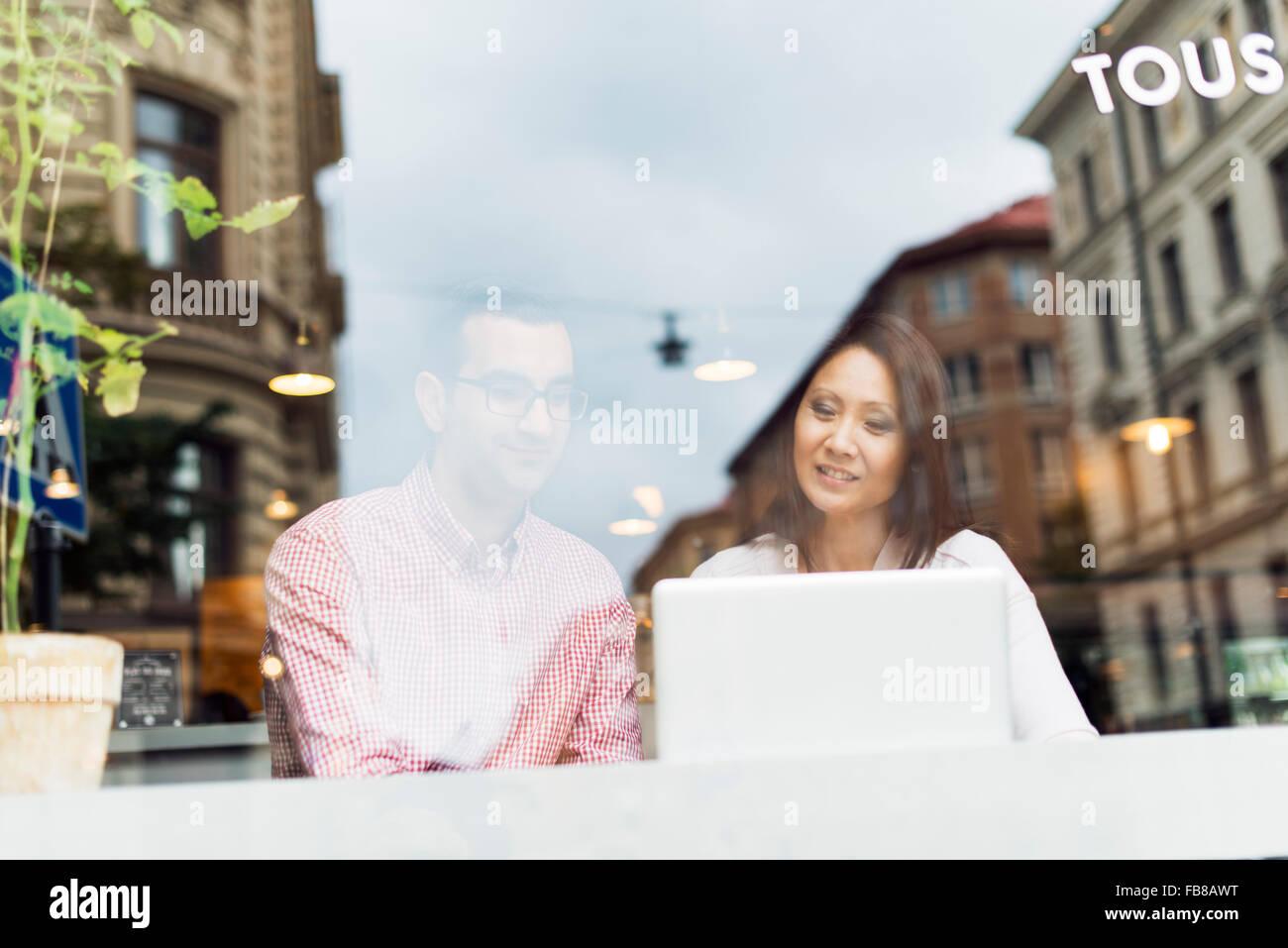 La Svezia, Uppland, Stoccolma, uomo e donna che parlano in cafe Immagini Stock