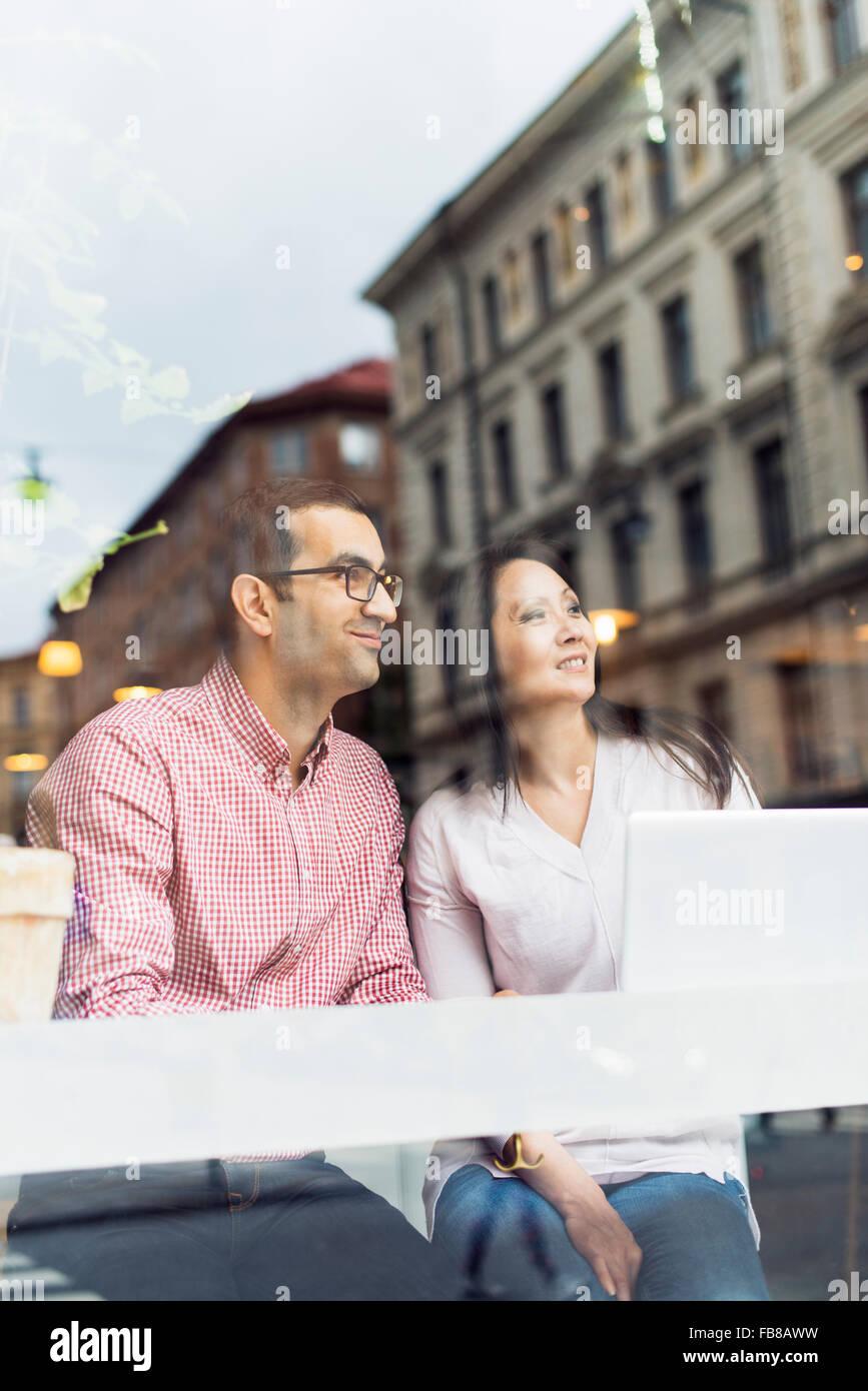 La Svezia, Uppland, Stoccolma, l uomo e la donna seduta al cafe Immagini Stock