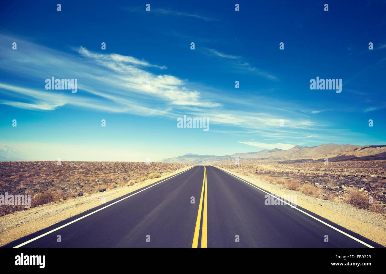 Vintage nei toni del paese senza fine autostrada, Death Valley, Stati Uniti d'America. Immagini Stock