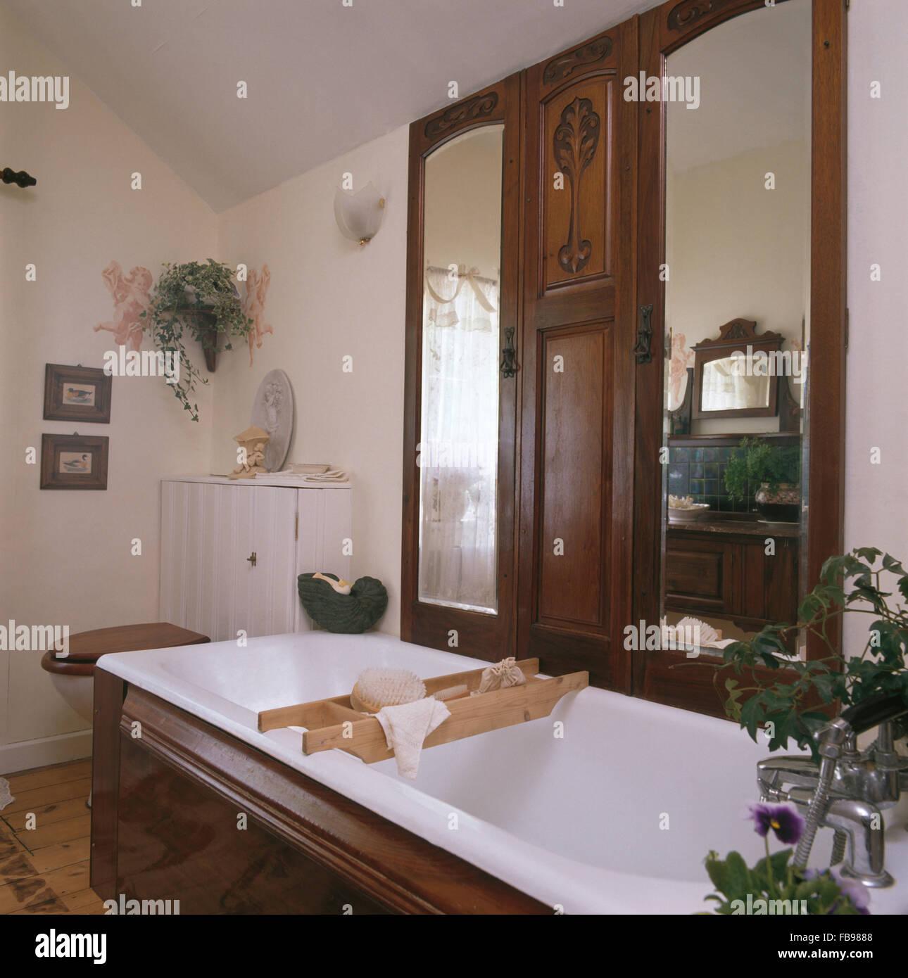 Antine Per Vasca Da Bagno.Vecchio Riciclato Antine Con Pannelli A Specchio Sopra Il Bagno Con