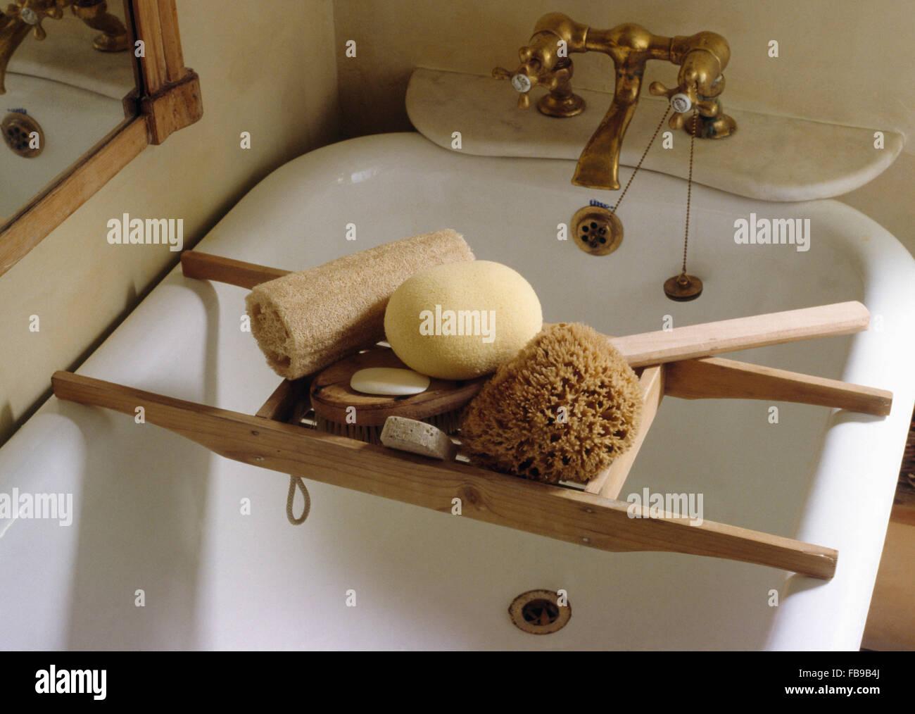 E spugna luffa su vintage bagno in legno su rack roll top bagno