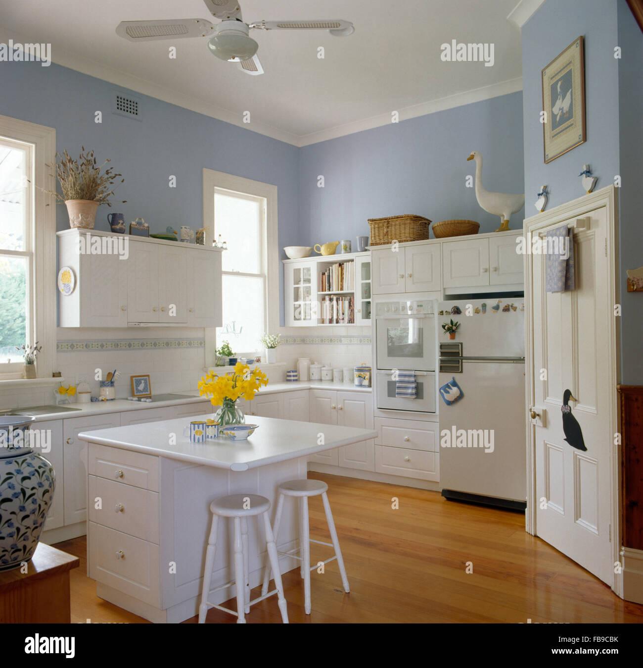 Sgabelli bianco a isola unit in un colore blu pallido la - Sgabelli per isola cucina ...
