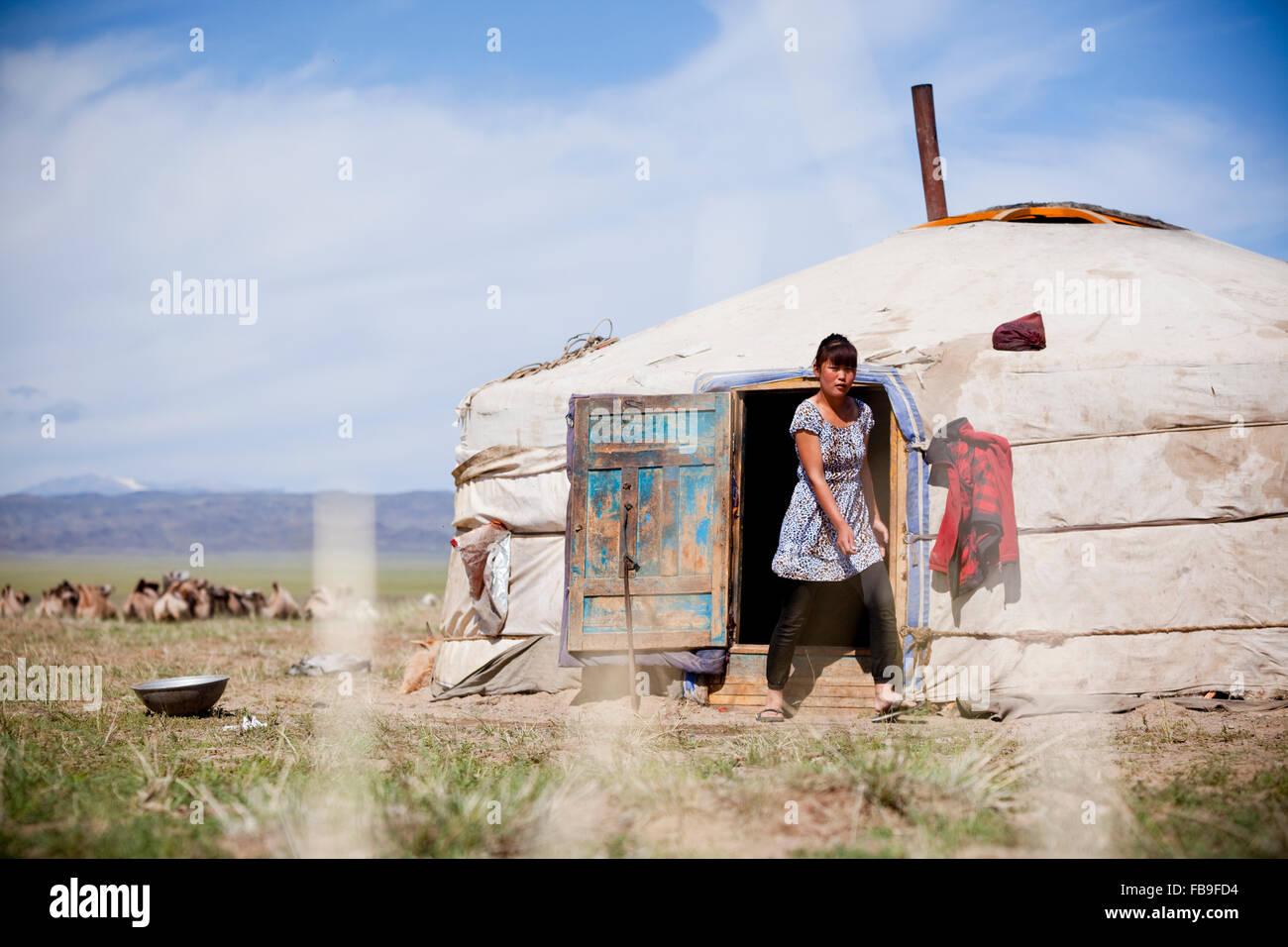 Ragazza emerge dalla famiglia nomade ger, Mongolia. Immagini Stock