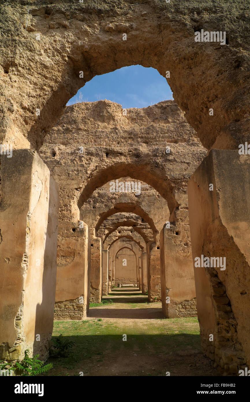 Vecchie scuderie appartenenti alla ex sultano Moulay Ismail, Meknes, Meknès-Tafilalet, Marocco Immagini Stock