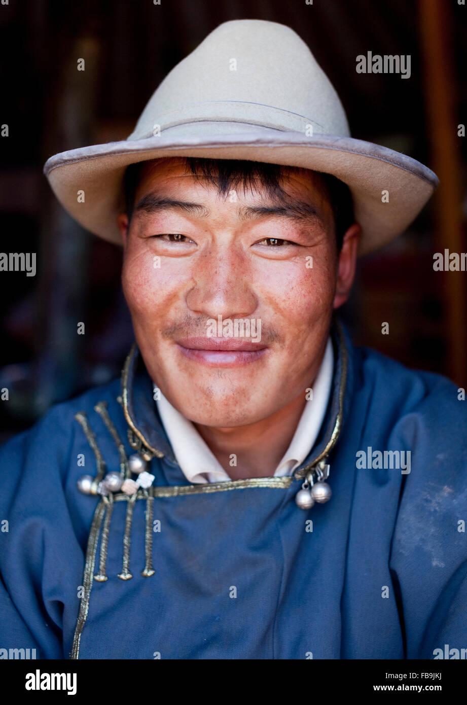 Un herder all'interno di un ger mongolo yurt () tenda nel Deserto del Gobi, Mongolia. Immagini Stock