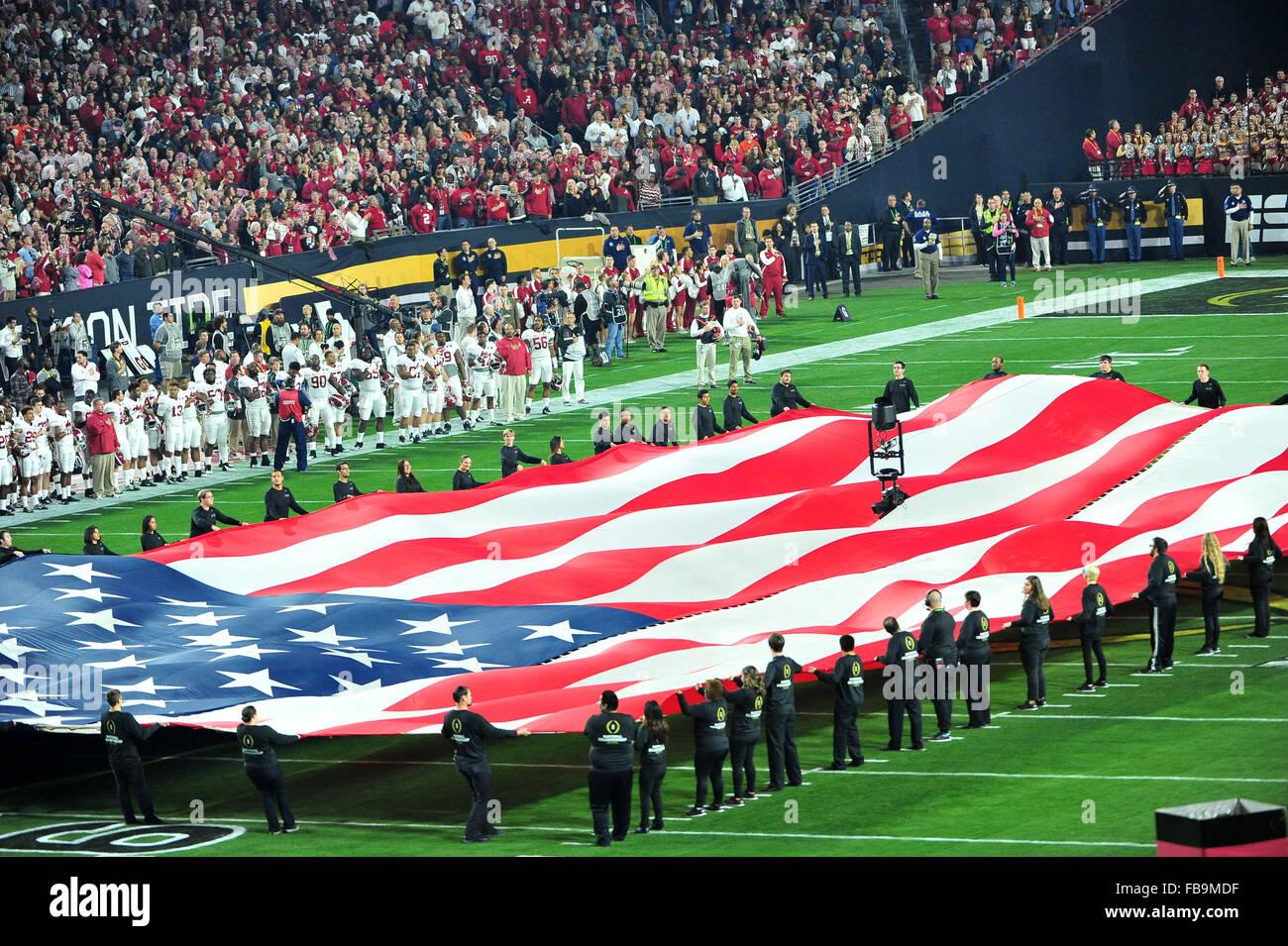 Glendale, AZ, Stati Uniti d'America. Xi gen, 2016. Una bandiera americana a UOP Stadium prima del 2016 College Immagini Stock