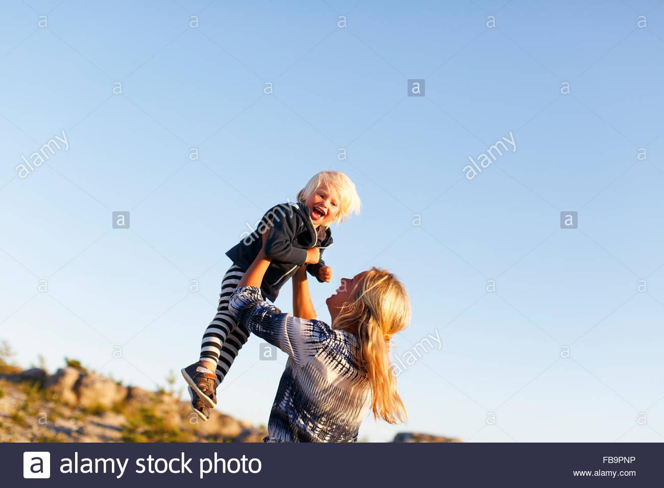 La Svezia, Gotland, Faro, Madre giocando con il piccolo figlio (2-3) Immagini Stock