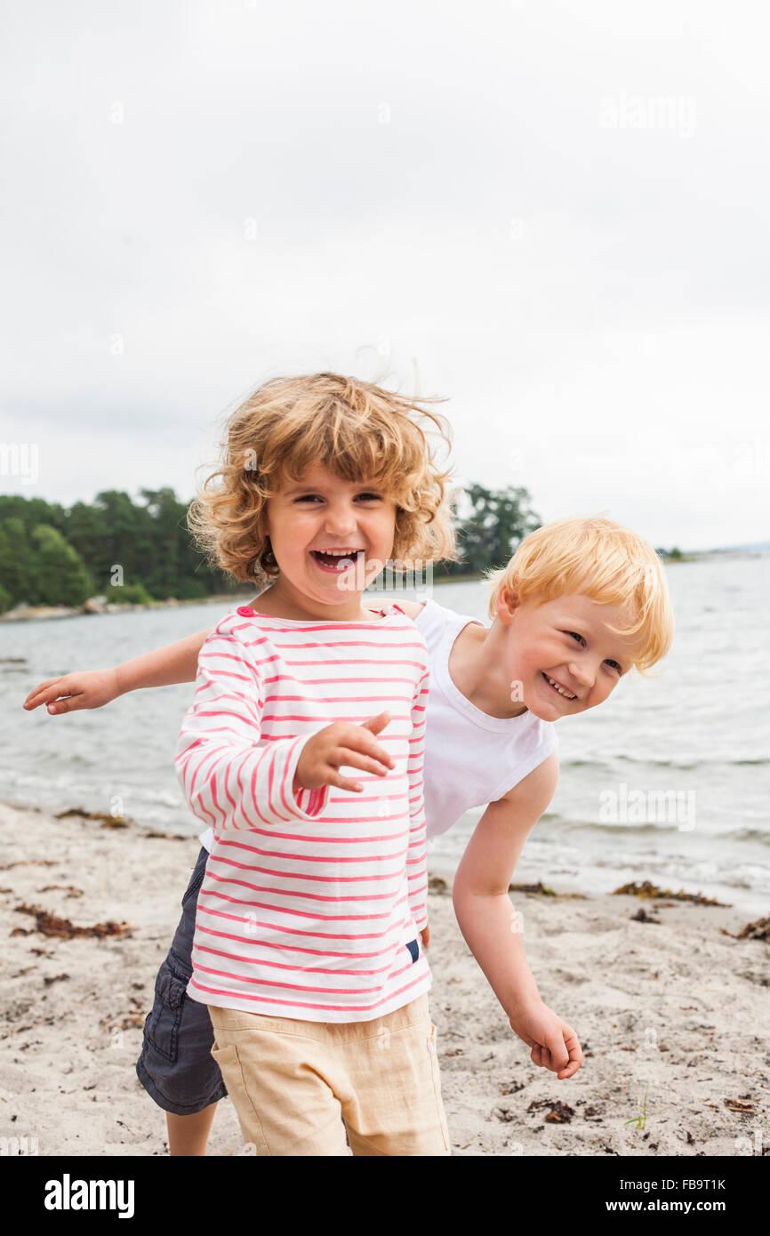 La Svezia Sodermanland, arcipelago di Stoccolma, Musko, ragazza (4-5) e ragazzo (4-5) sulla spiaggia Immagini Stock