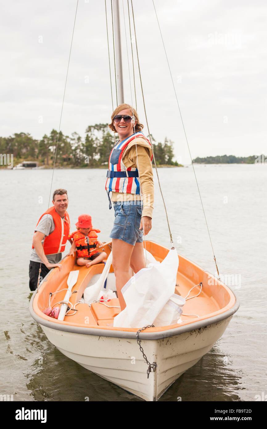 La Svezia Sodermanland, arcipelago di Stoccolma, Musko, famiglia con bambino (4-5) indossare giubbotti di salvataggio Immagini Stock