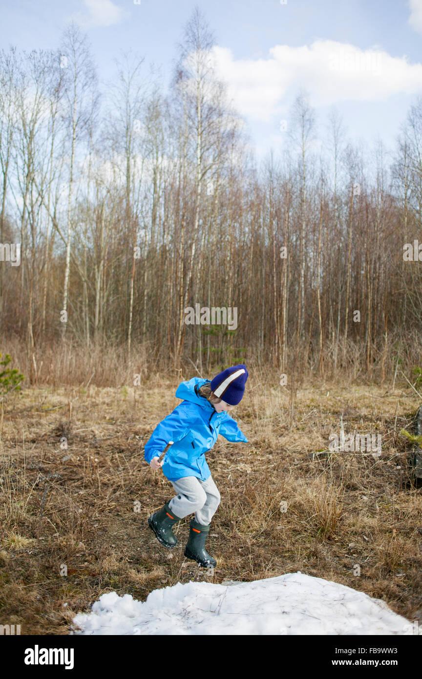 La Svezia, Narke, Filipshyttan, ragazzo (8-9) giocando nel campo Immagini Stock