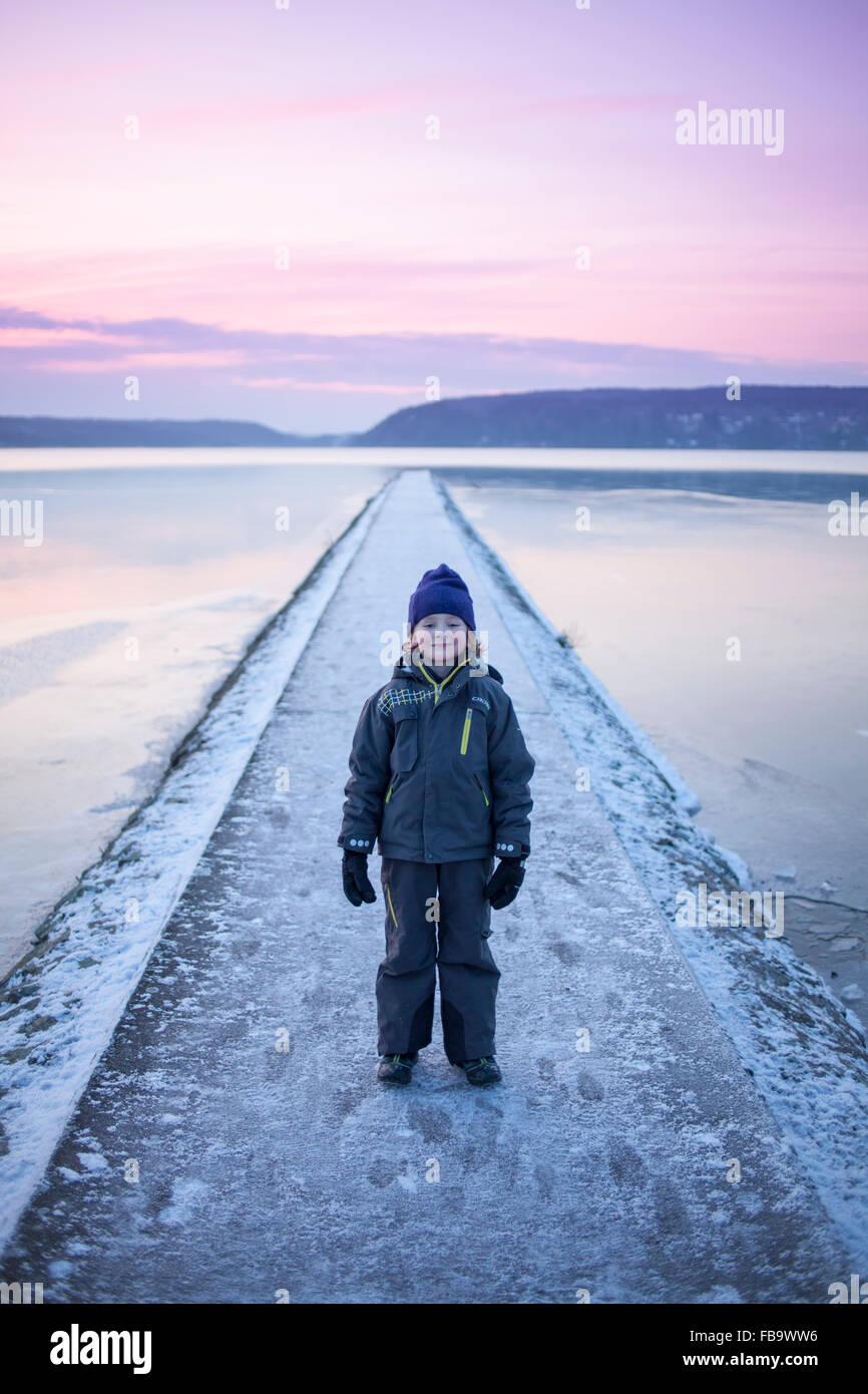 La Svezia, Vastergotland, Lerum, ritratto del ragazzo (6-7) su passerella Immagini Stock