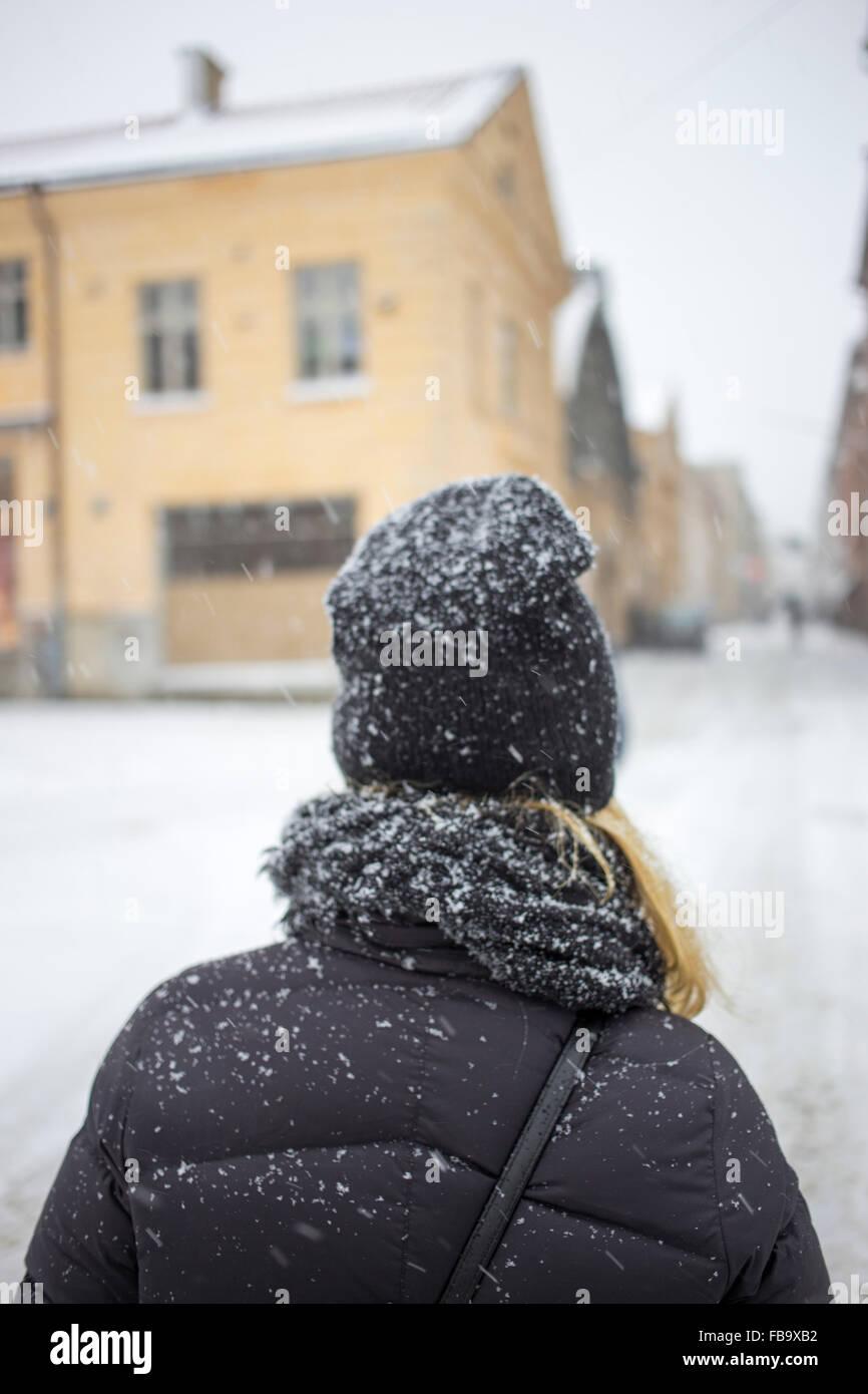 La Svezia, Vastergotland, Göteborg, vista posteriore della donna in piedi in strada Immagini Stock