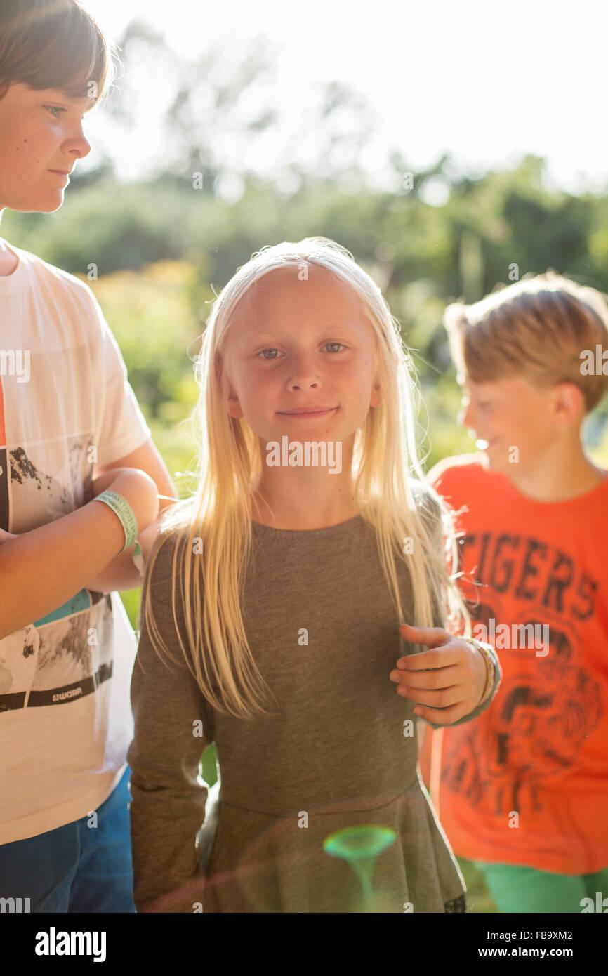 La Svezia, Skane, Osterlen, ragazzo (12-13) in piedi accanto a suor ( 10-11) Immagini Stock