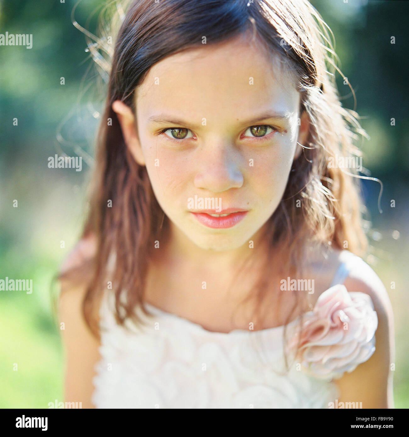 La Svezia, Vastmanland, ragazza (6-7) guardando la fotocamera Immagini Stock