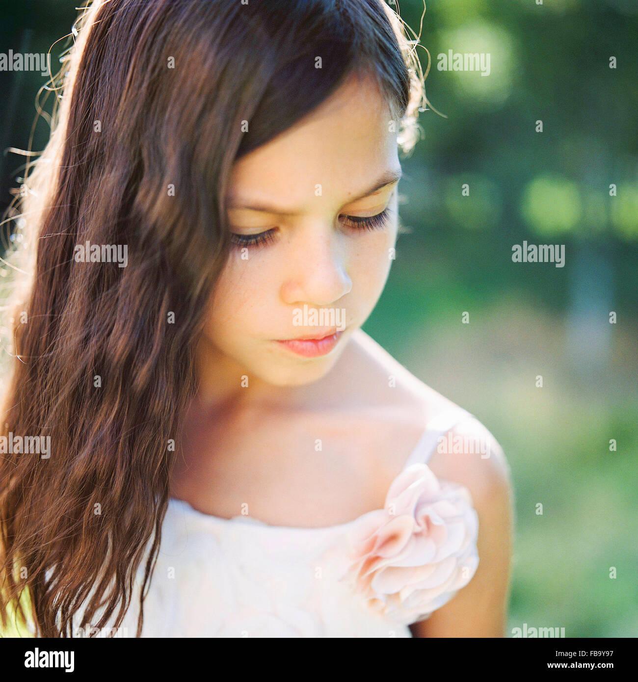 La Svezia, Vastmanland, Ritratto di una ragazza (6-7) in abito bianco Immagini Stock