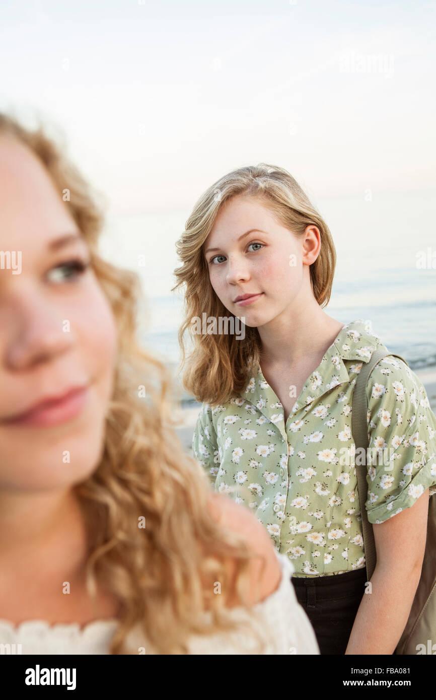 La Svezia, Blekinge, Hallevik, vista frontale di due ragazze adolescenti (14-15, 16-17) a bay Immagini Stock