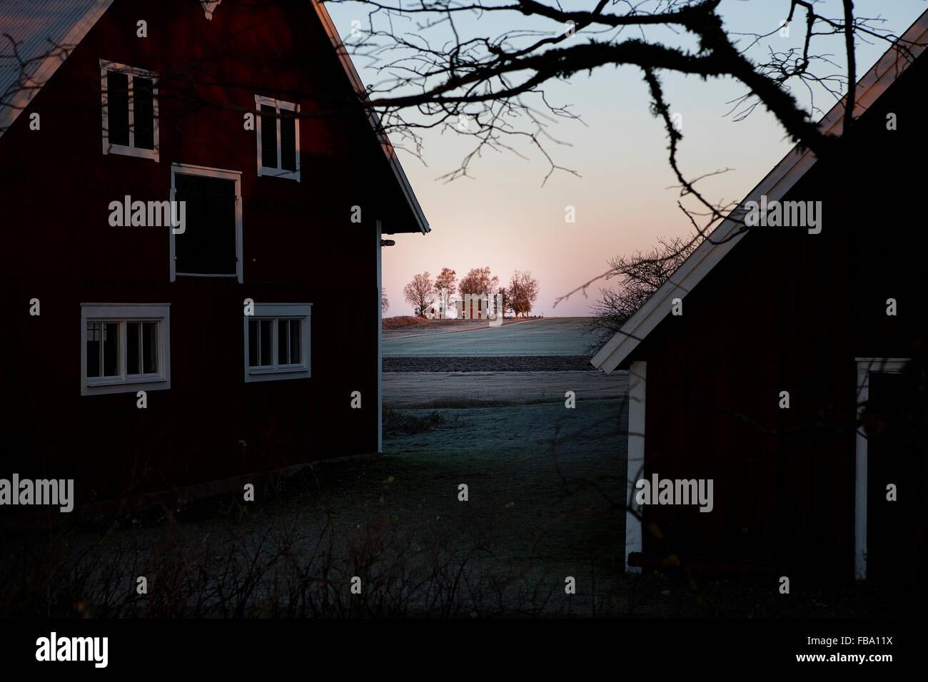 La Svezia Ostergotland, Coltivatore Vaderstad da, case smerigliato e il campo Immagini Stock