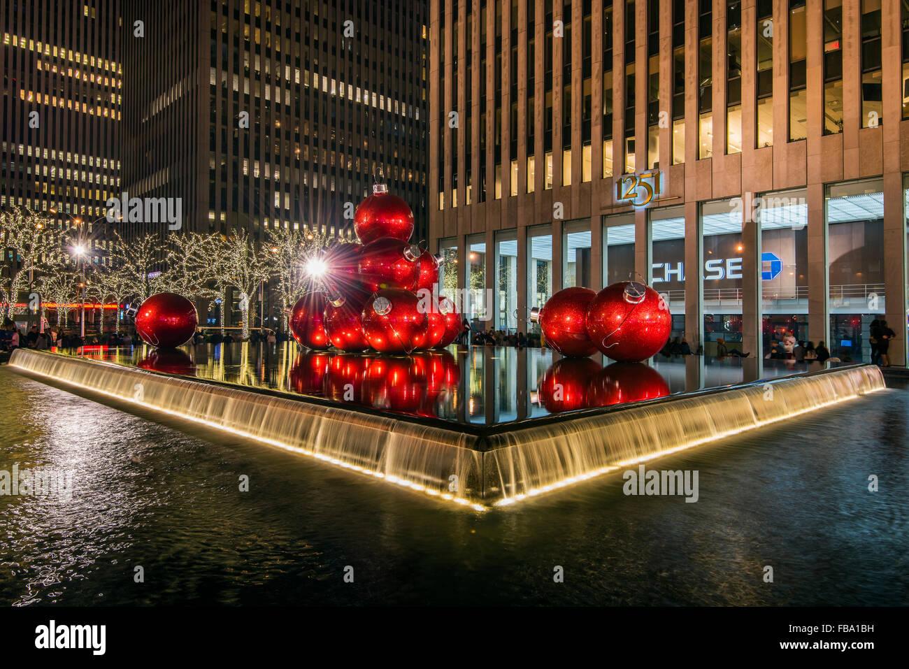 Rossa gigante Ornamenti natale sul display sul Viale delle Americhe (6th Avenue) durante la stagione delle vacanze, Manhattan, New York, Stati Uniti d'America Foto Stock