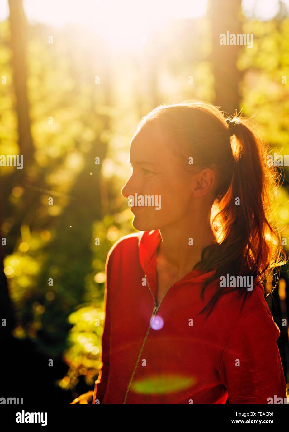 Finlandia, Paijat-Hame, Heinola, metà donna adulta in foresta Immagini Stock