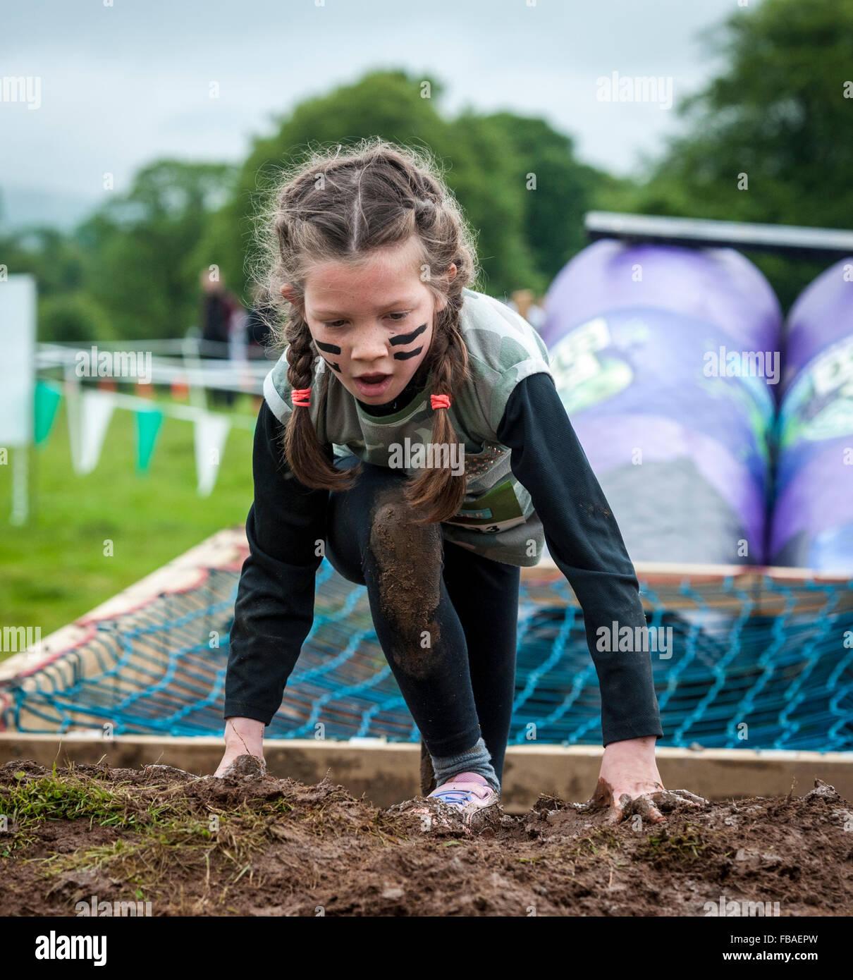 Azione nel frutto Shoot Mini Mudder sfida al castello di Drumlanrig, Dumfries and Galloway, Scozia Immagini Stock