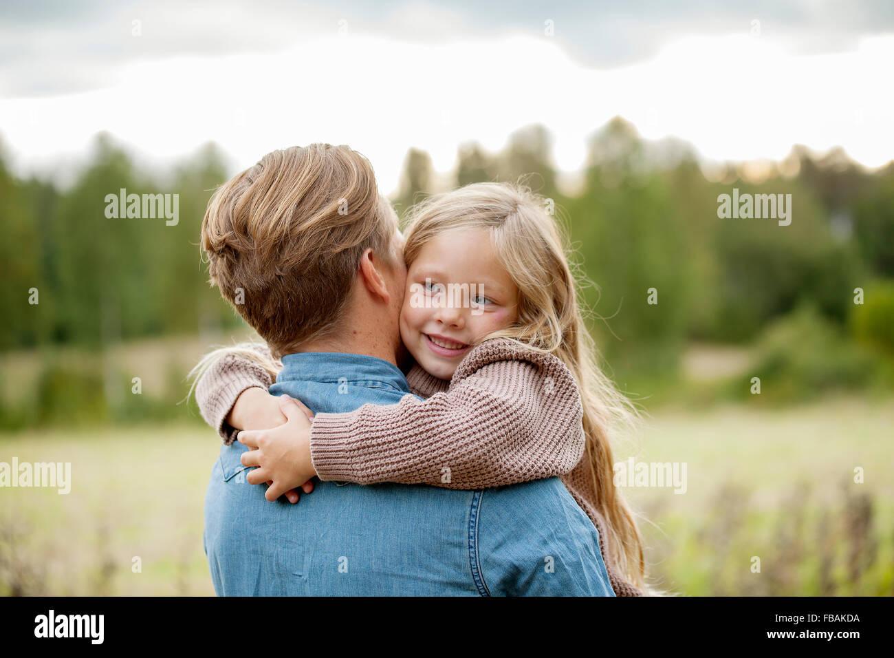 Finlandia, Uusimaa, Raasepori, Karjaa, giovane ragazza (6-7) abbraccia il suo padre Foto Stock