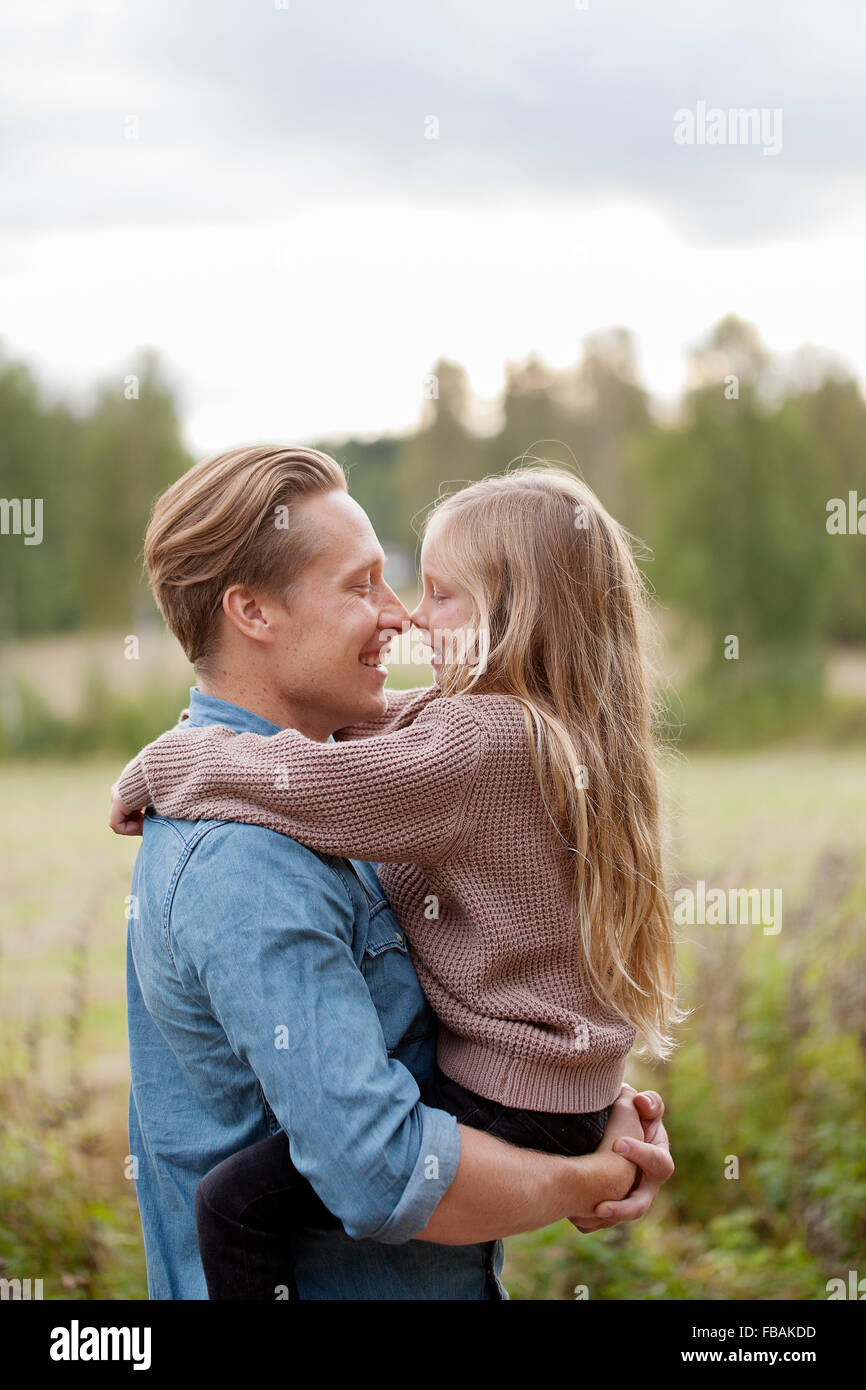 Finlandia, Uusimaa, Raasepori, Karjaa, padre e figlia (6-7) lo sfregamento dei nasi Immagini Stock