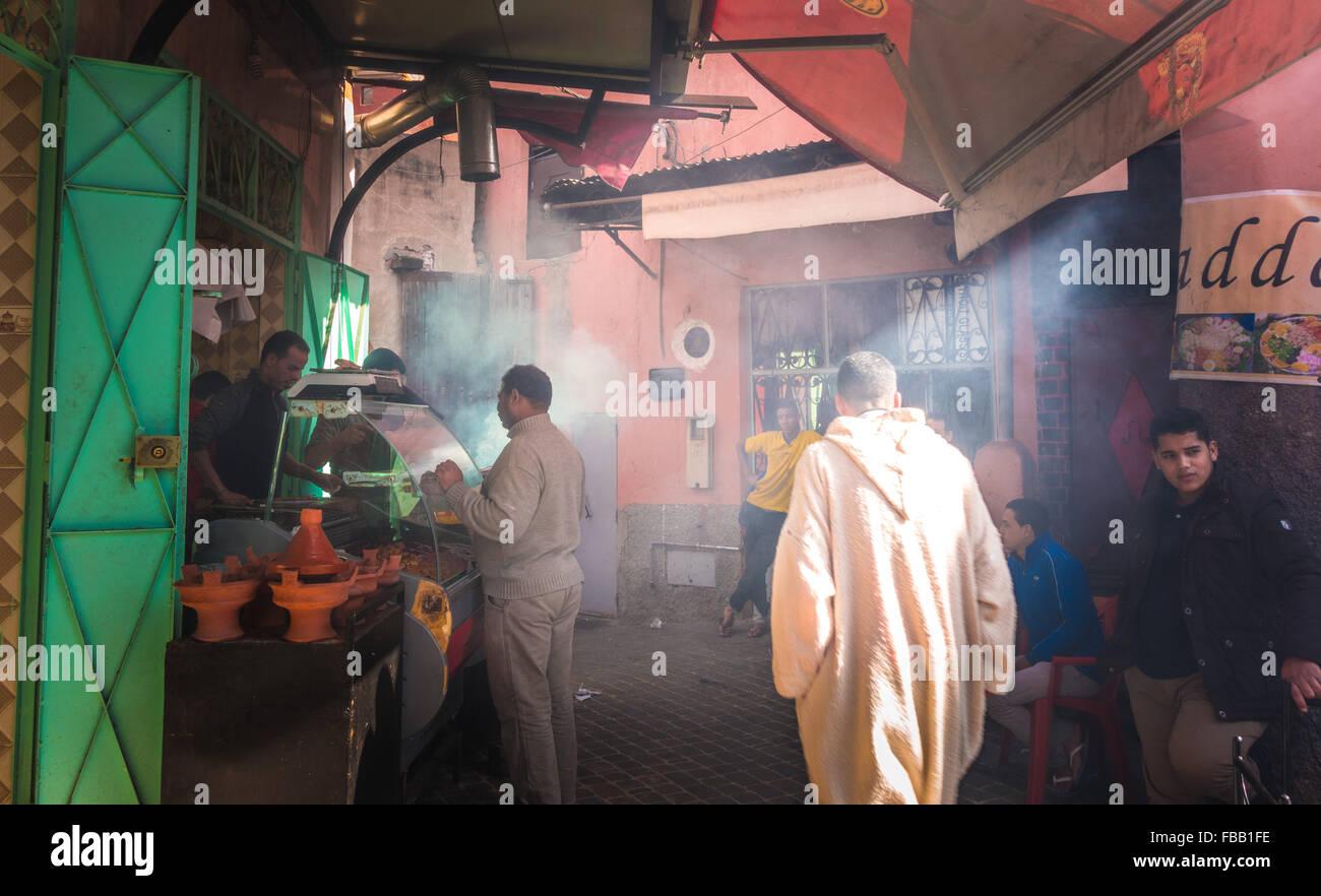 Fumoso vicolo marocchino Immagini Stock