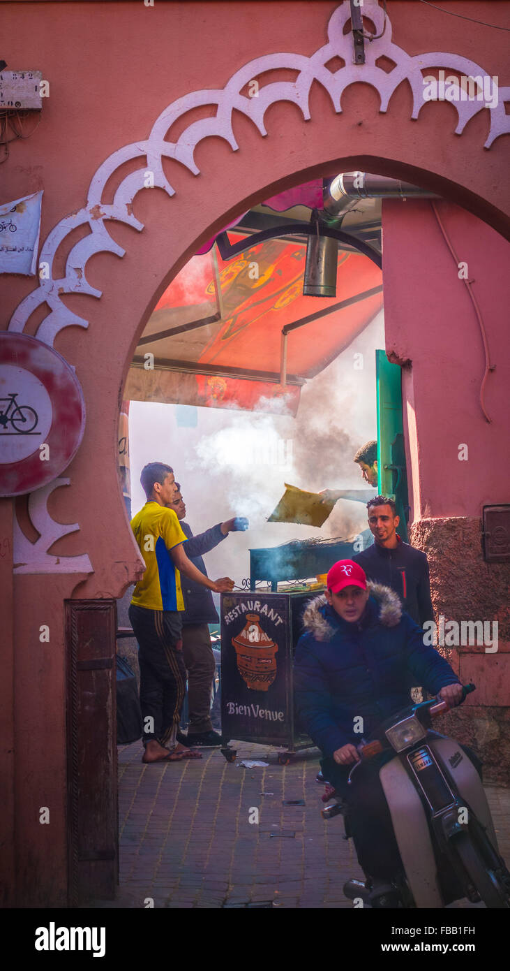 Vicolo marocchino e la cucina di strada Immagini Stock