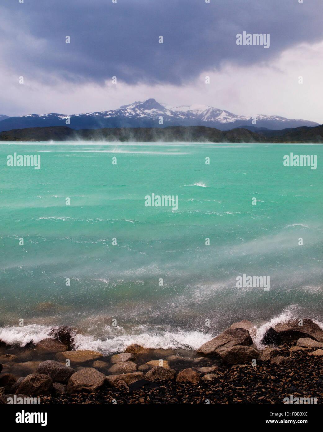 Vento estremo sul lago, Torres del Paine, Patagonia Immagini Stock