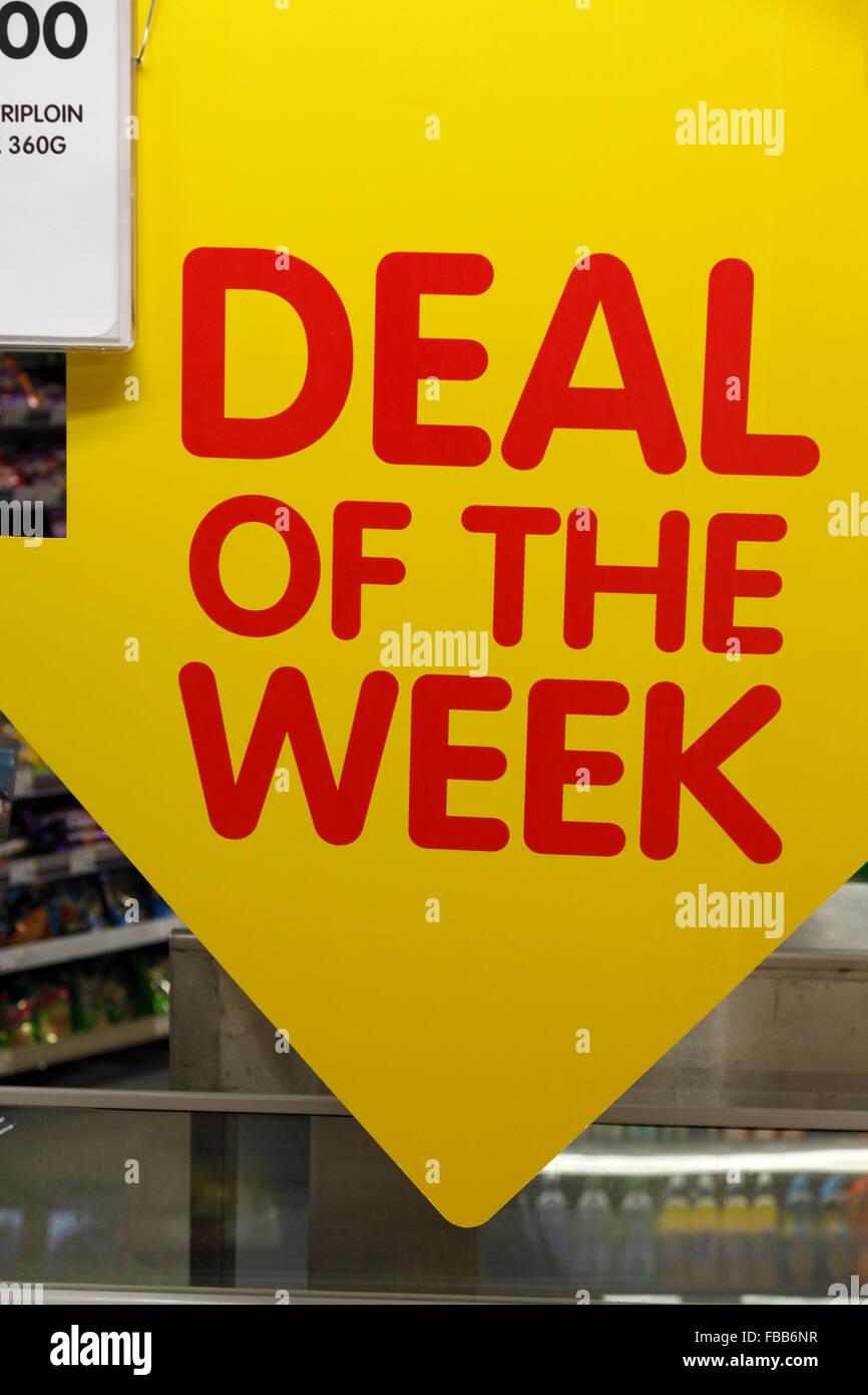 Offerta della settimana firmare in un supermercato Immagini Stock