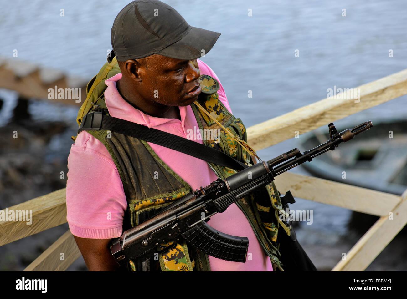 Un soldato Panamense si imbarca su una canoa mentre scortare gli immigrati nella giungla di Darién gap in Panama. Immagini Stock