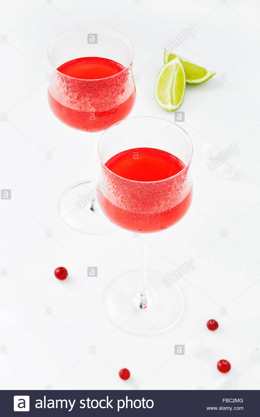 Cocktail serviti in un mirtillo palustre-vetro bordata Immagini Stock