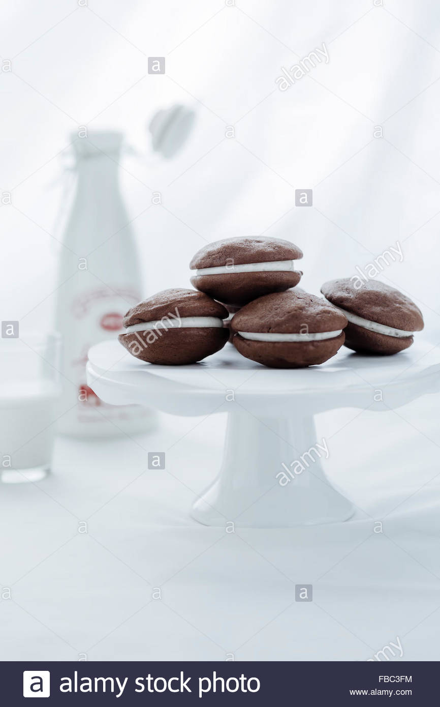 Whoopie pies su torta stand Immagini Stock