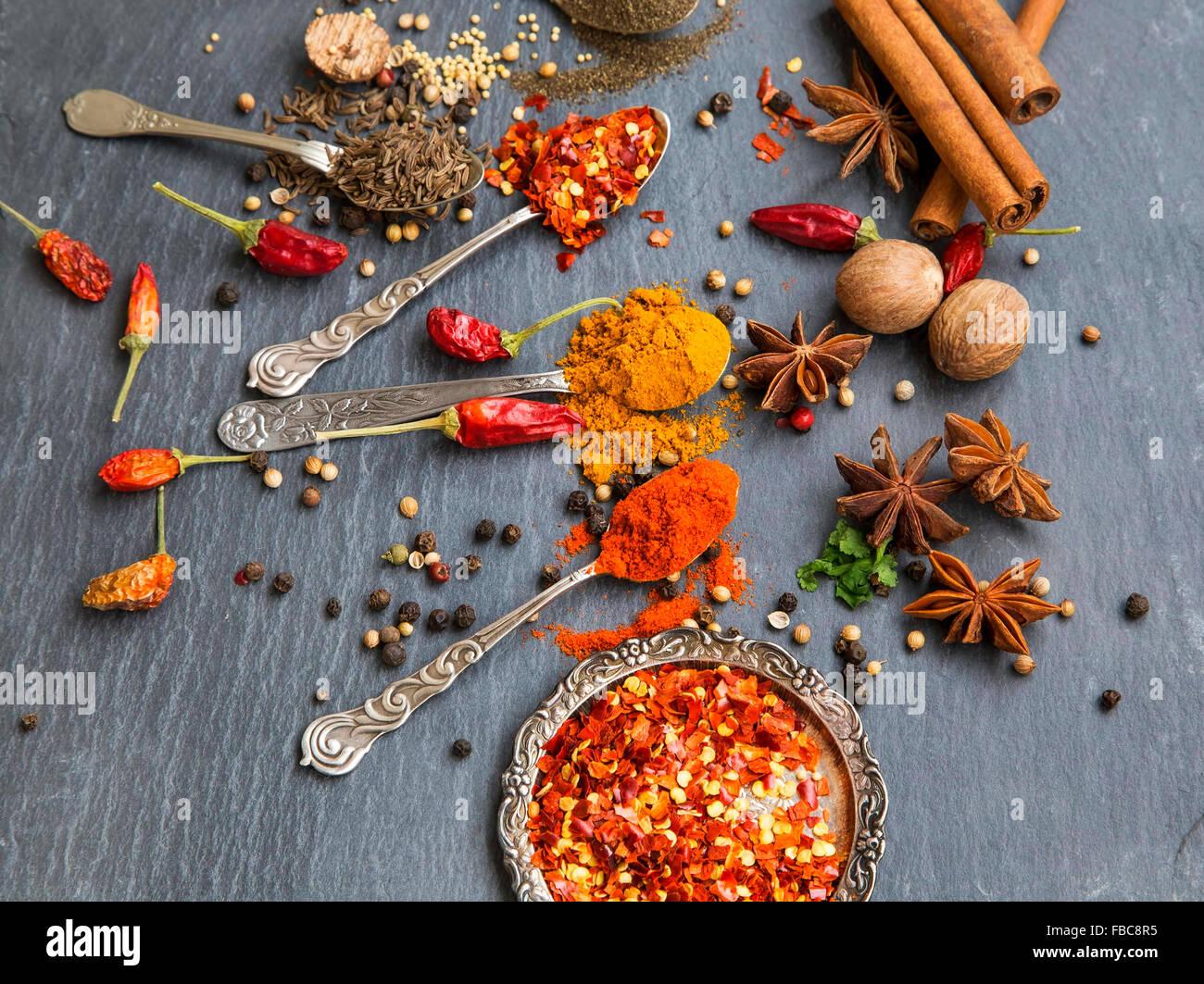Spezie aromatiche con pepe e curcuma in polvere, il cumino e i semi di coriandolo, fiocchi di peperoncino , anice, Immagini Stock
