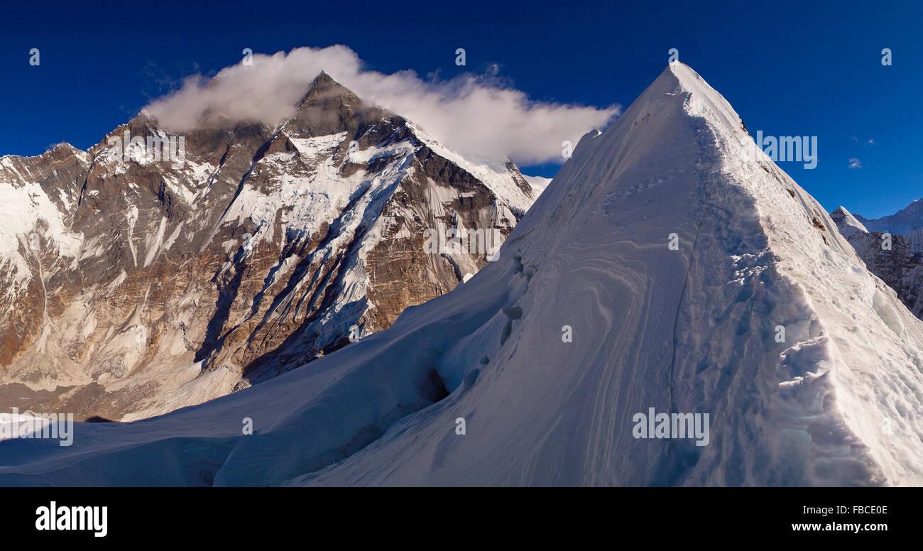 Island Peak summit ridge, Nepal himalaya Immagini Stock