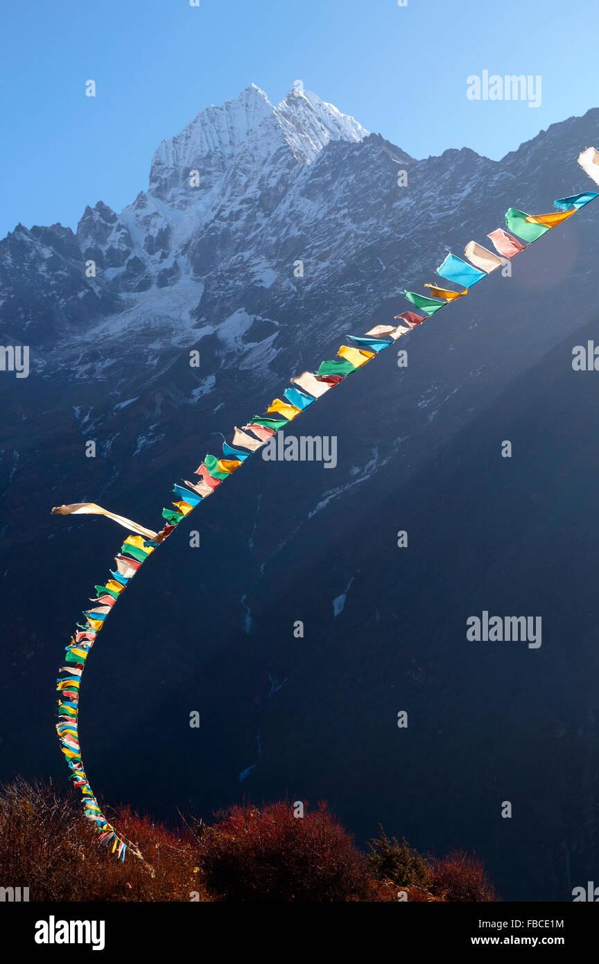 Bandiere di preghiera e montagna Himalaya Immagini Stock