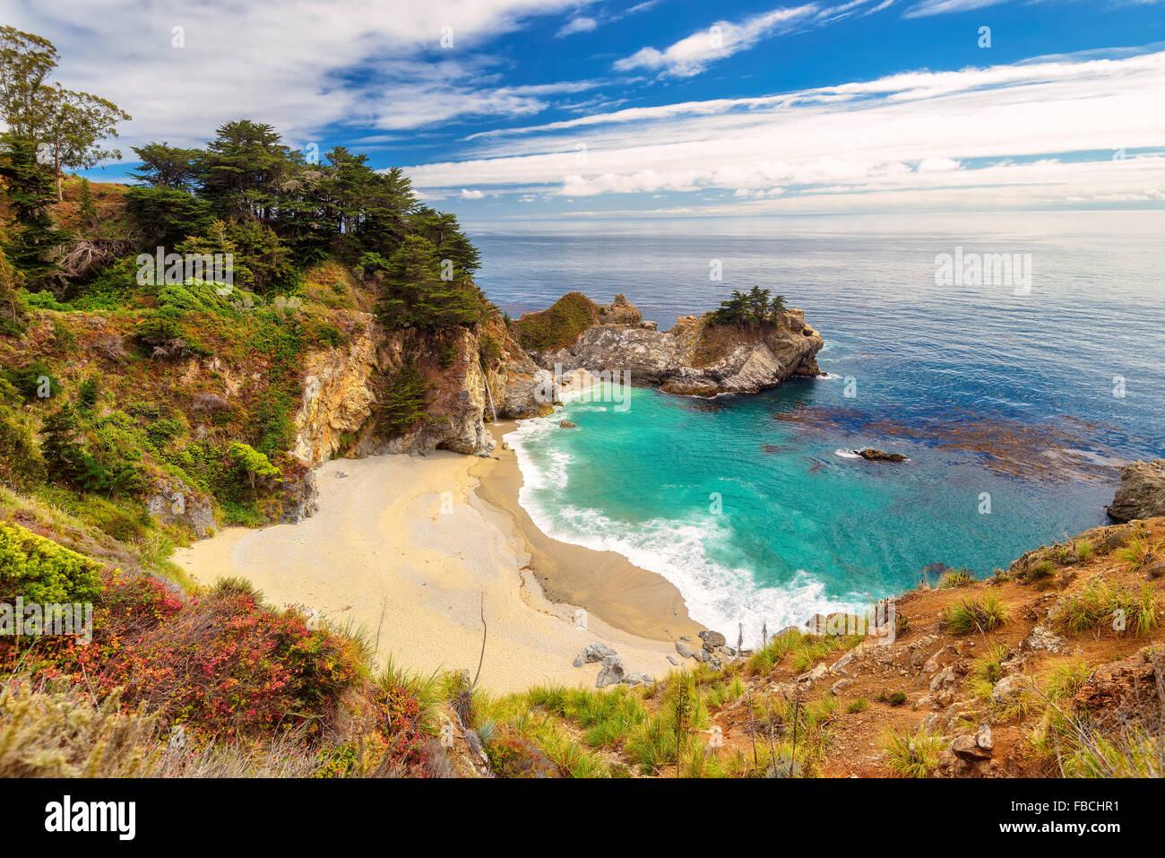 Bellissima spiaggia e cade, California, Stati Uniti Immagini Stock