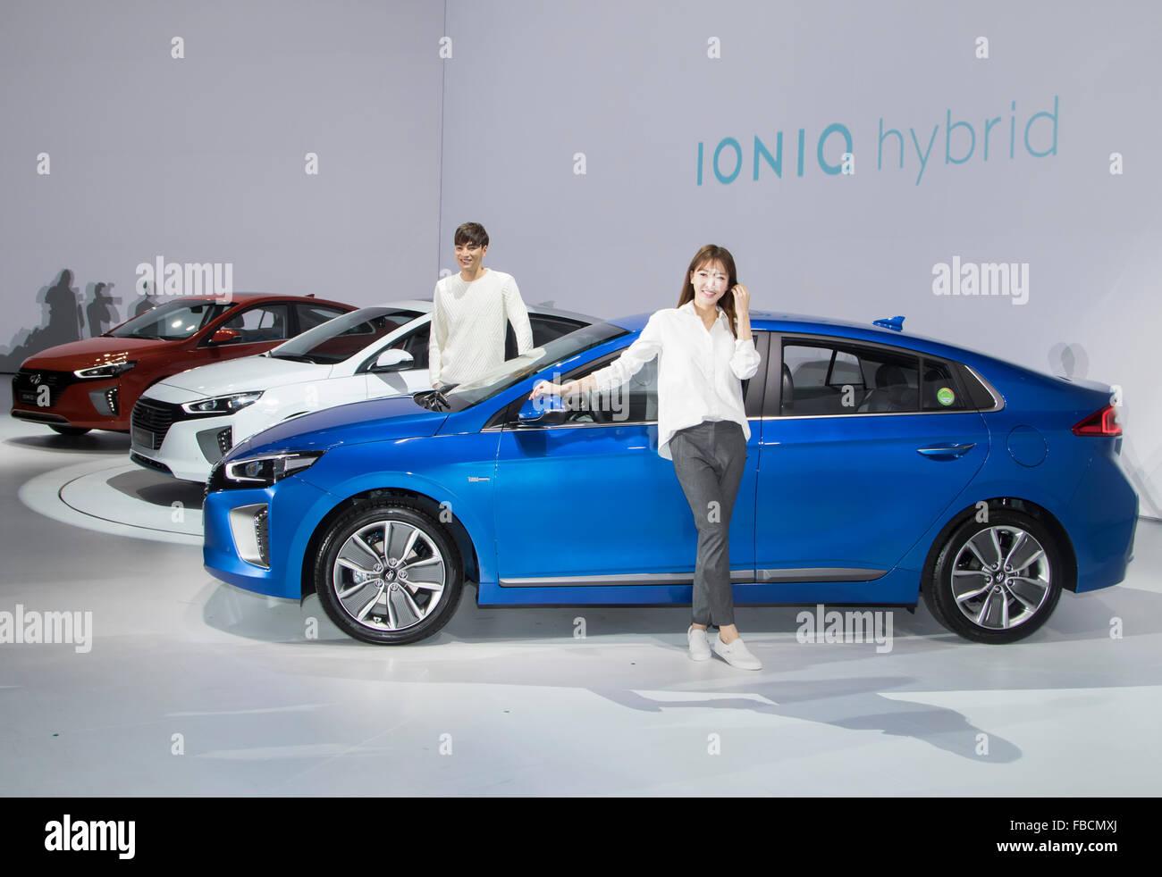 Ioniq ibrido, Jan 14, 2016 : i modelli pongono accanto alla Hyundai Motor's Ioniq auto ibride durante una conferenza Immagini Stock