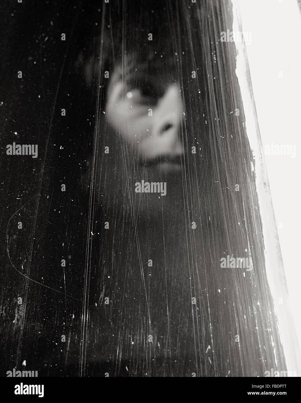 Donna che guarda fuori la finestra Immagini Stock
